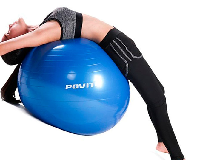 девушка восстанавливает спину на фитболе