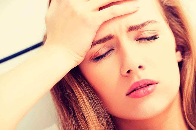 у девушки кружится и болит голова из-за остеохондроза