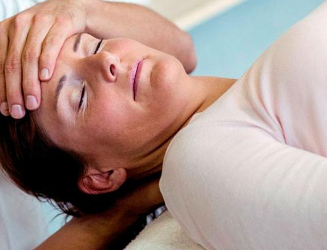 женщине с остеохондрозом шейного отдела делают массаж шеи