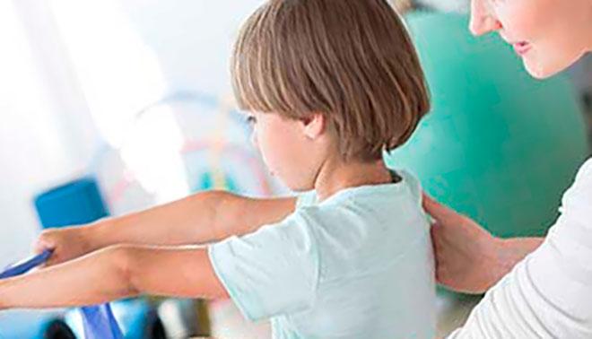 ребенок делает упражнение для лечения искривленного позвоночника