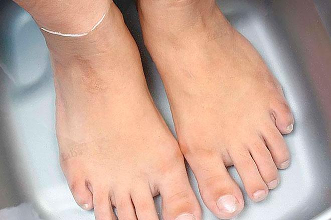 ноги в тазике с водой