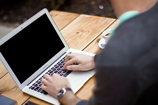 работник офиса работает за компьютером