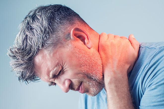 у мужчины болит шея, у него шейно-грудной остеохондроз