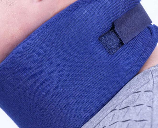 синий бандаж на шее