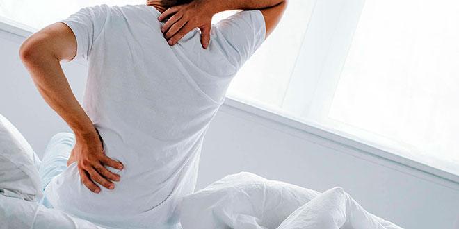 у мужчины в кровати болит спина