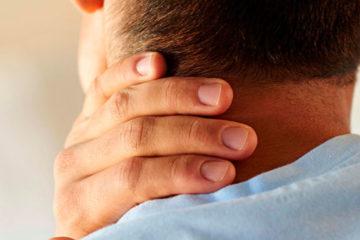 мужчина держится за больную шею