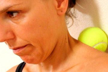 женщина делает самомассаж шеи теннисным мячом
