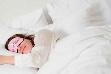 девушка спит в маске для сна