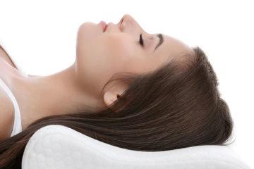 девушка лежит на ортопедической подушке