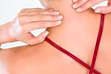 девушка делает самостоятельный массаж шеи
