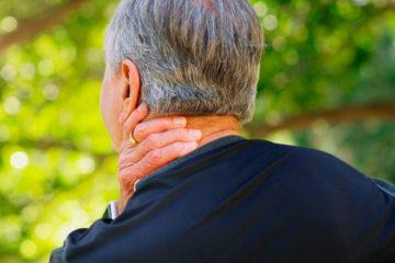 у пожилого мужчины обострение шейного остеохондроза