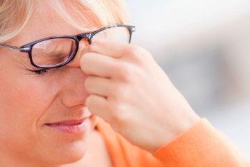 женщина трет больные глаза